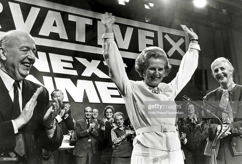 Politics Personalities. pic: October 1978. Brighton, England. Conservative Party leader Margaret Thatcher waves to the Conservative Conference faithful after her speech, with Lord Thorneycroft, left, joining in the applause. Margaret Thatcher, (born 1925 : Fotografía de noticias