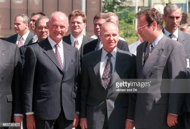 Politiker BosnienHerzegowina der bosnische Präsident bei der Wiedereröffnung des VWWerk in Sarajewo vl der Vorstandsvorsitzende von VW Ferdinand...