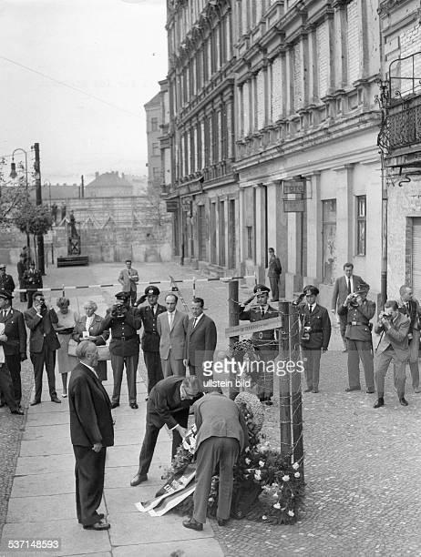 Politiker CDU BRD Am Ehrenmal für die bei ihrer Flucht aus Ostberlin in der Bernauer Strasse im Norden Berlins tödlich verunglückte Ida Siekmann legt...