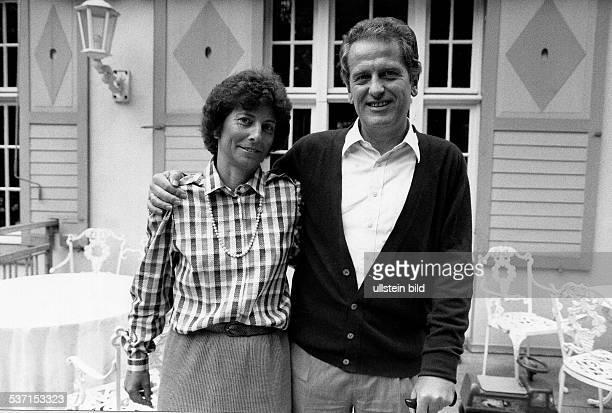 Politiker, CDU; BRD, mit Ehefrau Freya auf der Terrasse, seines Hauses in Mölln