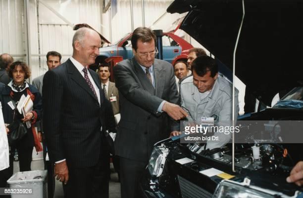 Politiker D Bundesaussenminister Eröffnung des wiederaufgebauten Volkswagen Werkes in Sarajewo in dem Autos der Marke Skoda endmontiert Ferdinand...