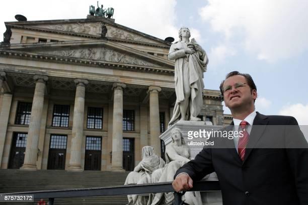 Politiker, FDP Berlin, D Fraktionsvorsitzender der FDP im Berliner Abgeordnetenhaus Porträt im Hintergrund das Berliner Schauspielhaus am...