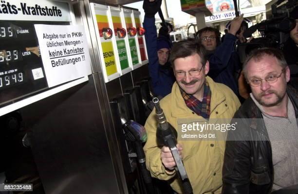 Politiker FDP D Vizepräsident des Deutschen Bundestages finanzpolitischer Sprecher der FDPFraktion an einer Tankstelle mit Zapfhahn während der FDP...