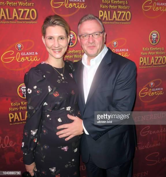 Politiker Frank Henkel und Ehefrau Kathrin aufgenommen bei der Premiere der Show Glanz & Gloria im Spiegelzelt vom Gourmettheater Palazzo in Berlin...