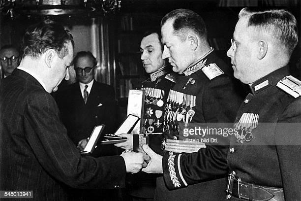 1896 1953 Politiker KP CSSR1946 1948 Ministerpräsident 19481953 StaatspräsidentAuszeichnung sowjetischer Offiziere durchPräsident KG am Jahrestag des...