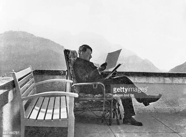 Politiker NSDAP D auf der Terrasse seines Hauses auf dem Obersalzberg bei Berchtesgaden vermutlich 1934