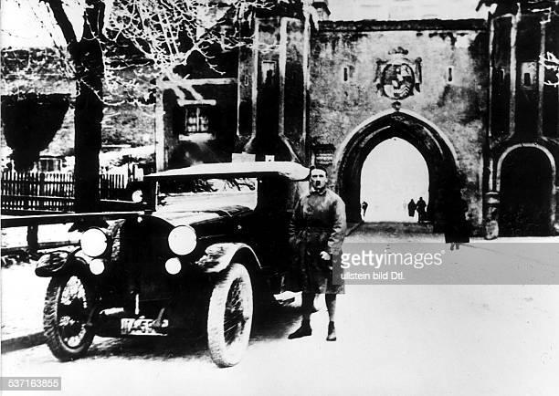 Politiker NSDAP D nach der Entlassung aus der Haft am Stadttor von Landsberg am Lech