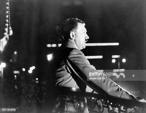 , Politiker, NSDAP, D, - spricht vom Balkon des Rathauses in, Hamburg zur Bevölkerung anlässlich der, Volksabstimmung nach dem Tod von,...