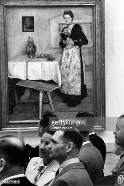 Politiker NSDAP Deutschland Der Reichsminister während der Großen Deutschen Kunstausstellung im Haus der Deutschen Kunst in München an seiner rechten...