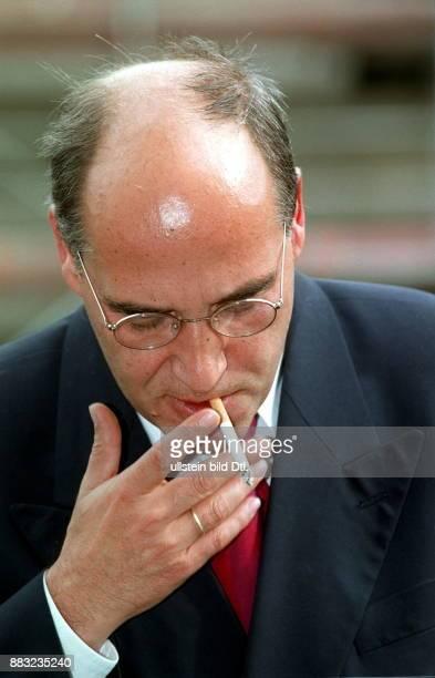 Politiker PDS Rechtsanwalt D Vorsitzender der PDSFraktion im Bundestag Porträt mit Zigarette