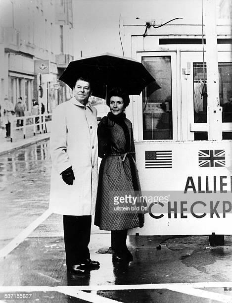 * Politiker Schauspieler USA mit Ehefrau Nancy bei einem Besuch in Berlin am Grenzübergang Checkpoint Charlie 1978