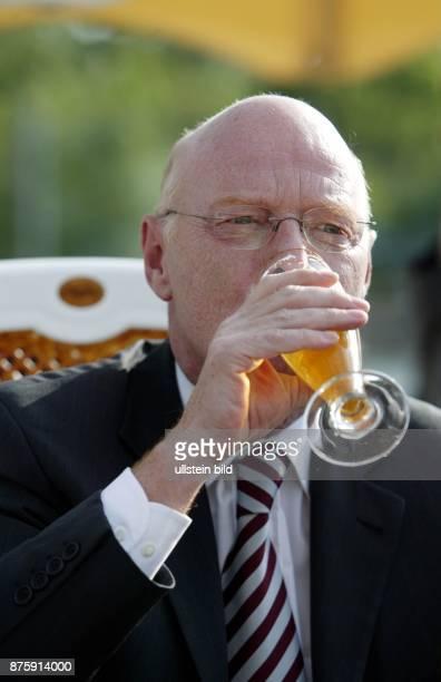 Politiker SPD D Bundesminister der Verteidigung trinkt ein Glas Bier während der 42 Spargelfahrt des SPD Kreises 'Die Seeheimer'