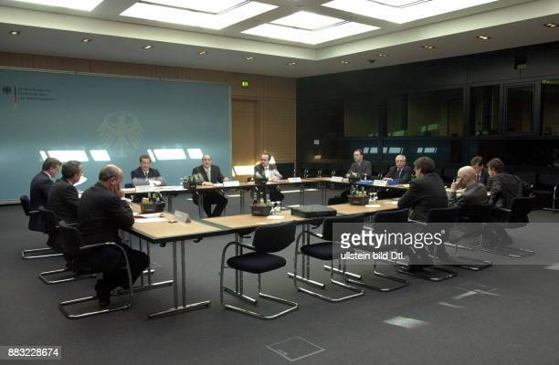Politiker SPD D Bundesminister für Verkehr Bau und Wohnungswesen Bodewig während einer Sitzung im Bundesverkehrsministerium in Berlin zur Bahnreform...