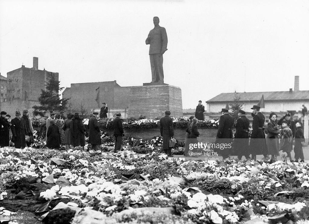 , Politiker, UdSSR, am Stalin - Denkmal in der Stalin-Allee, marschieren nach dem Tod des Diktators, Berliner Bürger vorüber und legen Kränze, und Blumen nieder, - 1953