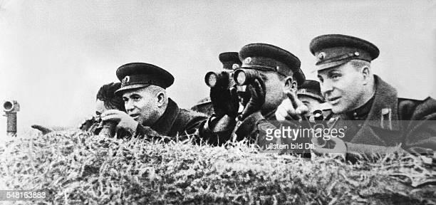 17041894 Politiker UdSSR auf der BStelle beim 22 russischen Gardeschützenkorps während der Schlacht bei Kursk Vl Chruschtschow als Oberbefehlshaber...