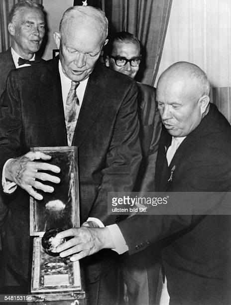 1894 1971 Politiker UdSSR überreicht US Präsident Dwight D Eisenhower im Weissen Haus ein Modell der sowjetischen Mondkapsel Hinten links US...