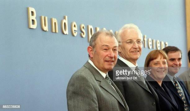 Politikerin CDU D Bundesvorsitzende der CDU Pressekonferenz von CDU und CSU in Berlin zum Thema 'Zuwanderung' mit Günther Beckstein Innenminister...