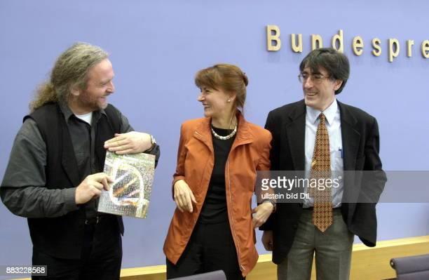 Politikerin SPD D Ministerin für Bildung und Forschung Pressekonferenz in Berlin zur Genomforschung Helmut Blöcker Gesellschaft Biotechnologische...