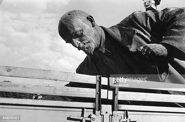 Politische Abkehr vom MarxismusLeninismus nach Erlangung der Unabhängigkeit von der UdSSR Demontage des Denkmals von Wladimir I Lenin vor dem...