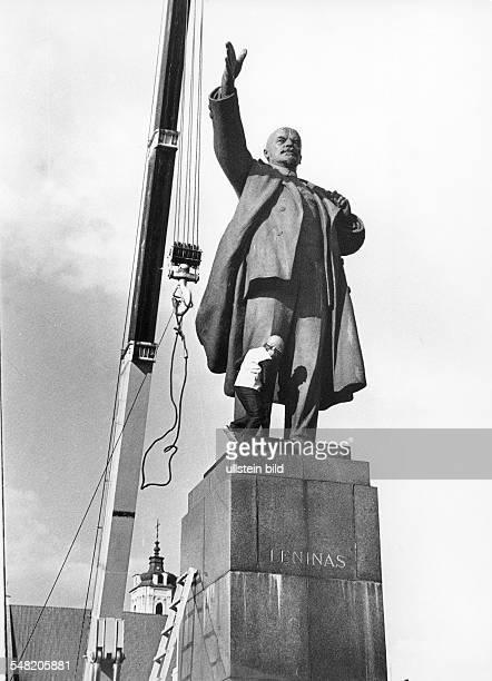 Politische Abkehr vom Marxismus-Leninismus nach Erlangung der Unabhängigkeit von der UdSSR: Demontage des Denkmals von Wladimir I. Lenin vor dem...
