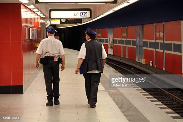 Polizei und BVG Präsenz in Berliner UBahnhoefen Polizisten auf Streife im UBahnhof Osloer Strasse auf dem Bahnsteig