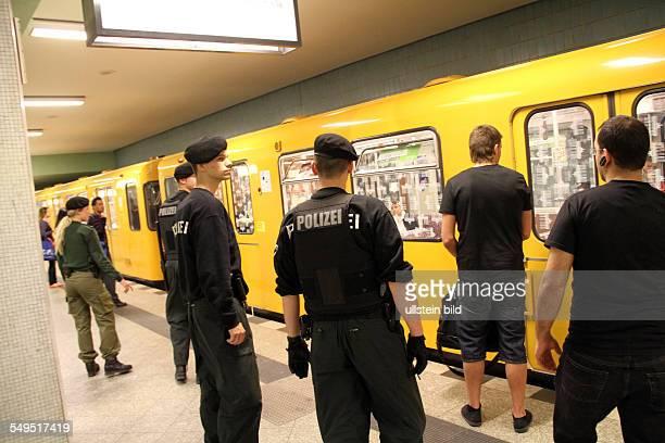 Polizei und BVG Präsenz in Berliner UBahnhoefen Polizisten auf Streife im UBahnhof Osloer Strasse auf dem Bahnsteig bei der Einfahrt des Zuges