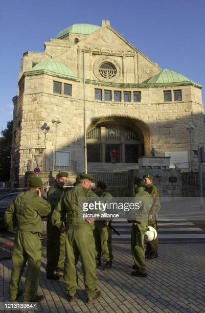 Polizeibeamte stehen am 7.10.2000 in Essen vor der alten Synagoge. Einige Teilnehmer einer Demonstration für ein Ende der Gewalt im...