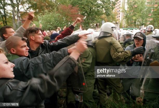 Polizeibeamte versuchen am in der Bonner Innenstadt Anhänger der linken autonomen Szene von einer Straßenkreuzung zurückzudrängen. Die Autonomen...