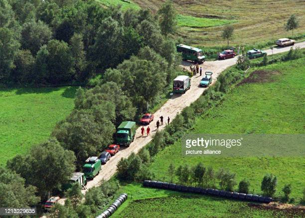 Polizeifahrzeuge stehen am 2171998 am Fundort der Leiche von Ulrike Everts in einem Waldstück vom Ipwegermoor bei Oldenburg Das Mädchen aus Jeddeloh...