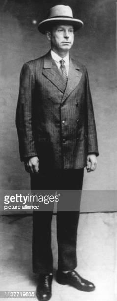 Polizeifoto des Düsseldorfer Massenmörders Peter Kürten Am 22 April 1931 wurde er wegen Mordes in neun Fällen und weiteren Delikten vom Düsseldorfer...