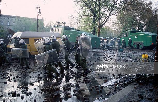 Polizisten auf einer mit Steinen übersäten Strasse am Mariannenplatz Ausschreitungen am 1 Mai in BerlinKreuzberg
