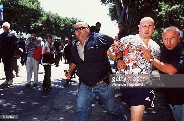 Marseille 150698 ENGLAND TUNESIEN 20 Polizisten fuehren englische Hooligans vor dem Spiel ab