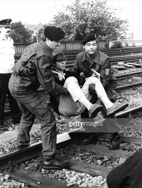 Polizisten tragen einen Demonstranten von den Gleisen - Demonstranten der Kampagne gegen Wehrpflicht und Zwangsdieste blockieren einen Zug mit...