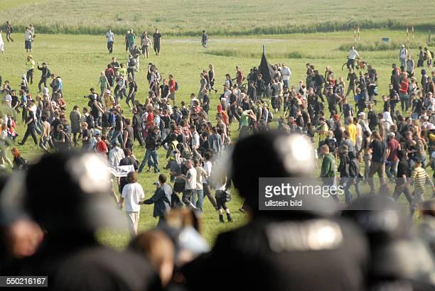 Polizisten und Demonstranten stehen sich anlässlich einer Blockade einer Zufahrtsstraße zum Tagungsort des G8Weltwirtschaftsgipfel in Heiligendamm...