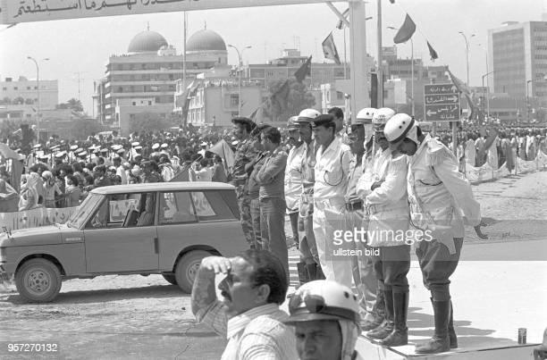 Polizisten und Militärs am Rande einer Militärparade in Bengasi im September 1979 anlässlich des 10 Jahrestages des Sturzes der Monarchie