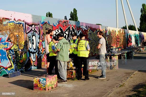 Polizisten vom Anti-Konflikt-Team im Gespräch mit Besuchern im Mauerpark anlässlich der Walpurgisnacht in Berlin