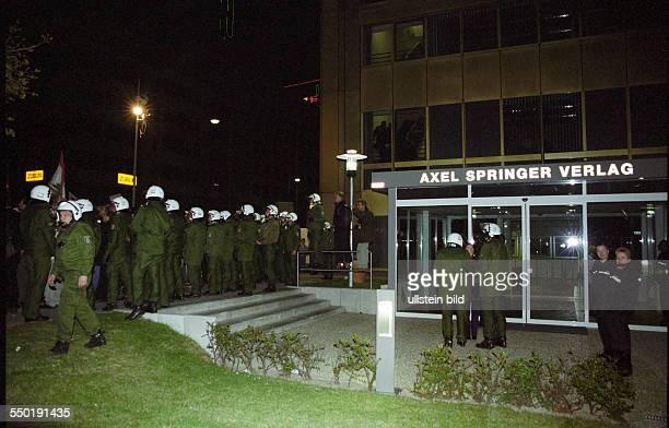 Polizisten vor dem Sitz des AxelSpringerVerlages anlässlich einer Demonstration von Palästinensern in Berlin gegen das militärische Vorgehen Israels...