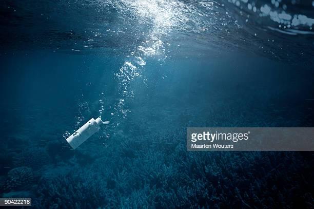 pollution 02 - unterwasseraufnahme meer stock-fotos und bilder