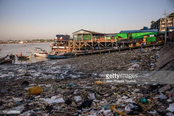 pollution by yangon river, yangon fish market, myanmar - 水質汚染 ストックフォトと画像
