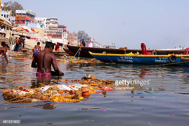 pollution in river ganges at varanasi, india - vattenförorening bildbanksfoton och bilder