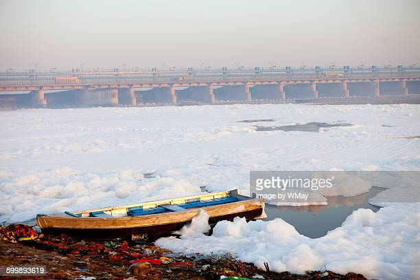 pollution in the yamuna river - yamuna river stock pictures, royalty-free photos & images