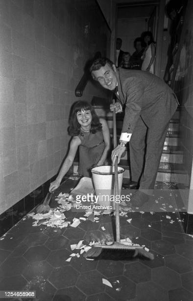 Polterabend im Hause Edgar Bessen und Heidi Koehn, Deutschland 1960er Jahre.