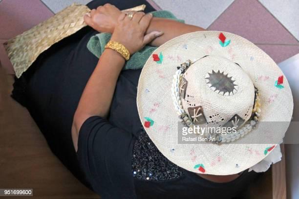 polynesian pacific islander woman wearing a rito hat - rafael ben ari 個照片及圖片檔