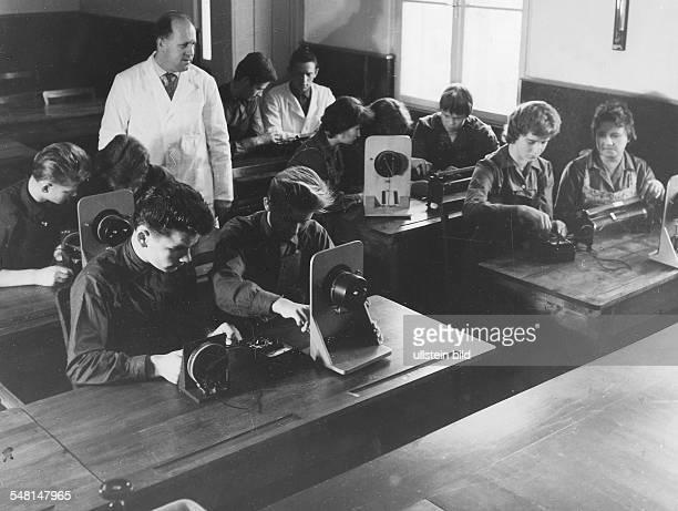 Lehrer mit seinen Schülerinnen und Schülern bei der Messung elektrischer Widerstände 1962