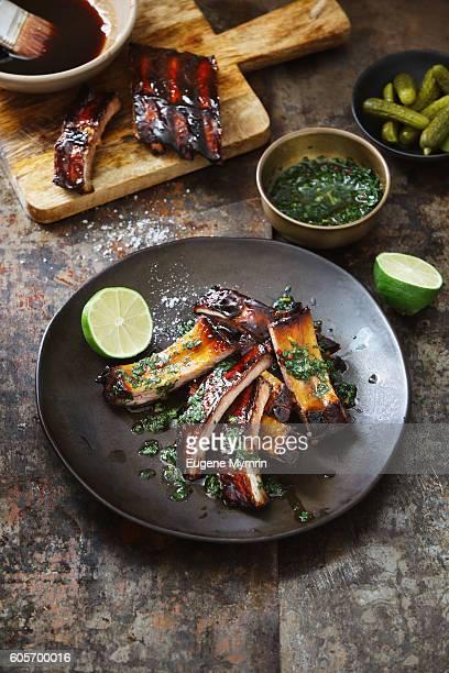 pomegranate and red wine glazed pork ribs with chimichurri sauce - sparerib fotografías e imágenes de stock