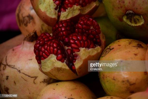pomegranates bolivia - plan rapproché stock pictures, royalty-free photos & images