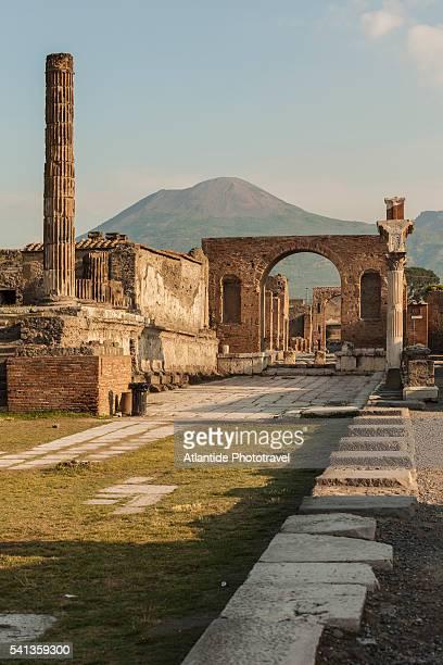 pompeii archaeological site - pompeya fotografías e imágenes de stock