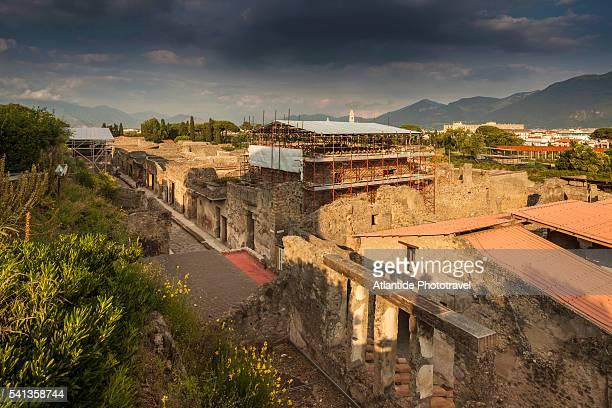 pompeii archaeological site, view of the ruins - archeologia foto e immagini stock