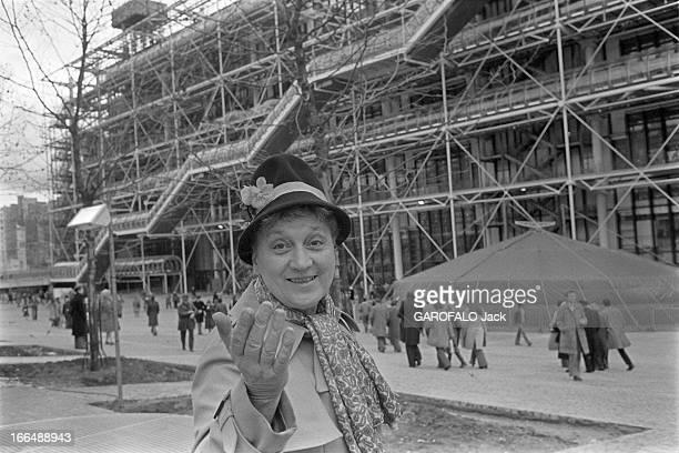 Pompidou Center ' Plateau Beaubourg' In 1977 Paris février 1977 le public du centre Beaubourg qui vient d'être inauguré Portait d'une visiteuse...