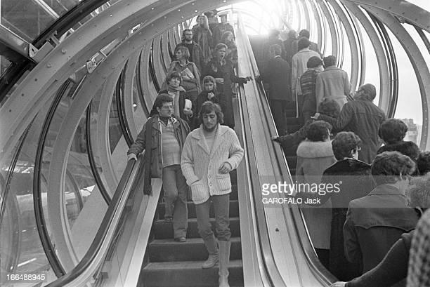 Pompidou Center ' Plateau Beaubourg' In 1977 Paris février 1977 le public du centre Beaubourg qui vient d'être inauguré Les visiteurs empruntant les...